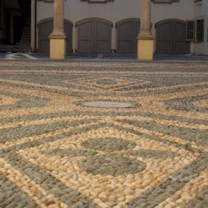 Cortile interno maggiore – particolare della pavimentazione in acciottolato.