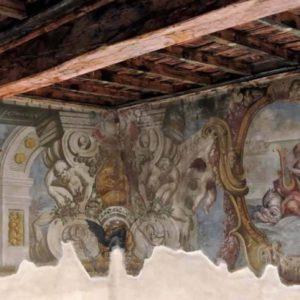 Piano nobile - vista dell'affresco parietale restaurato e del soffitto a cassettoni.