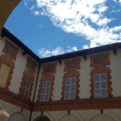 Palazzo storico in via Menocchio a Pavia - vista dei fronti interni con decorazioni in cotto.
