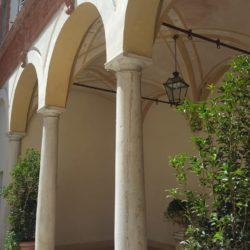 Palazzo storico in via Menocchio a Pavia - particolare del loggiato interno.